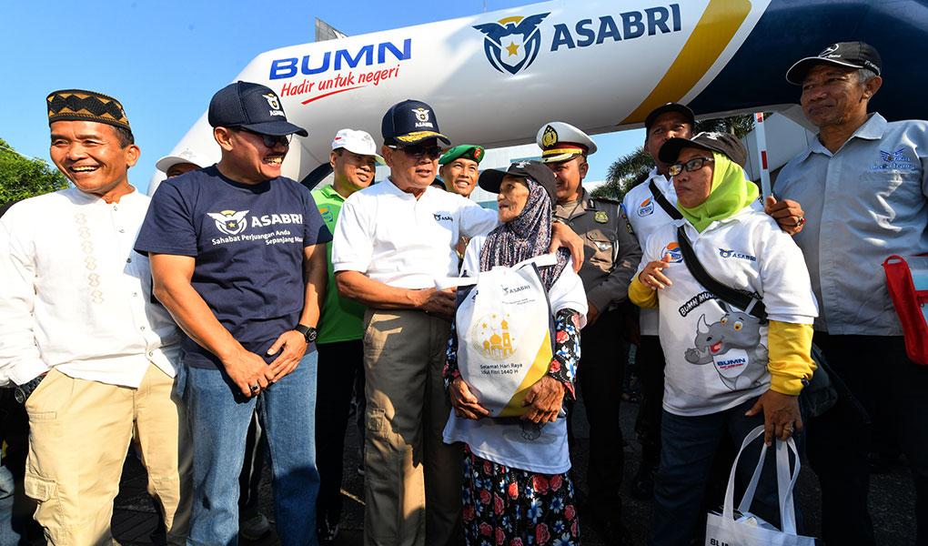 Direktur Utama PT Asabri (Persero), Sonny Widjaja berbincang dengan pemudik saat akan melepas 1300 pemudik di Jakarta, Jumat (31/5/2019).Foto/Roni.M/ECONOMICZONE