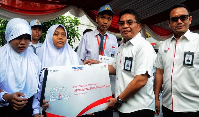 Direktur Utama Telkom Alex J Sinaga saat memberikan bantuan secara simbolis kepada siswi SMN.Foto/Dok-Telkom/ECONOMICZONE