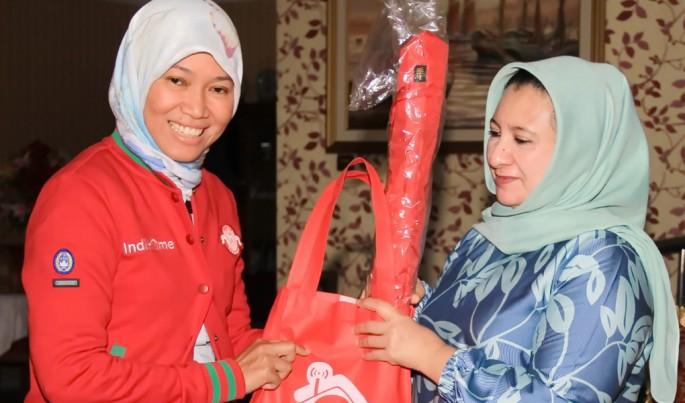 Direktur Consumer Service Telkom Siti Choiriana (kiri) saat mengunjungi pelanggan IndiHome dalam rangka Hari Pelanggan Nasional 2018 di Jakarta Utara, Selasa (4/9).Foto/Dok-Telkom/ECONOMICZONE