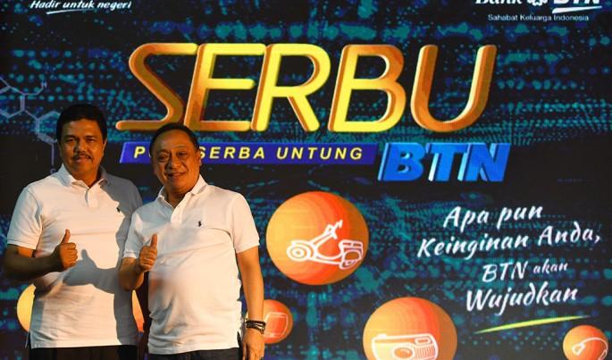 Direktur Utama PT Bank tabungan Negara (Persero) Tbk. Maryono dan Direktur Consumer Banking BTN, Budi Satria meluncurkan Program Poin Serbu BTN, sebuah program pemberian poin berhadiah bagi nasabah ritel di Jakarta, Jumat (25/1). Foto/Roni.M/ECONOMI