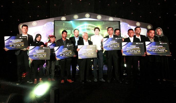 """Penyerahan hadiah program Xtravaganza dan FantAxis sesi ke-7 dan sekaligus peluncuran program kuiz lainnya, yakni """"XpLay & BombAXIS"""" di Jakarta. Rabu (6/2).Foto/Roni.M/ECONOMICZONE"""
