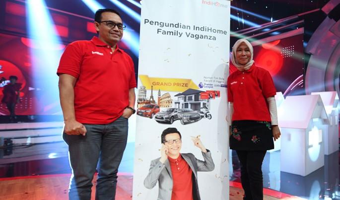 Direktur Consumer Service Telkom Siti Choiriana (kanan) dan Direktur Human Capital Management Telkom Herdy Harman saat pengundian Grand Prize Program IndiHome.Foto/Roni.M/ECONOMICZONE
