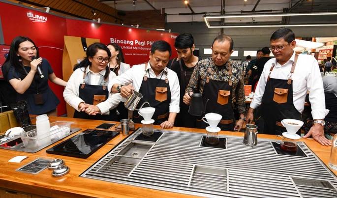 Agus Muharram (Komisaris Utama PNM), Arief Mulyadi (Direktur Utama PNM), Tjatur H. Priyono (Direktur Keuangan PNM), Abianti Riana (Direktur Bisnis I PNM) menyeduhkan kopi usai diskusi.Foto/Roni.M/ECONOMICZONE