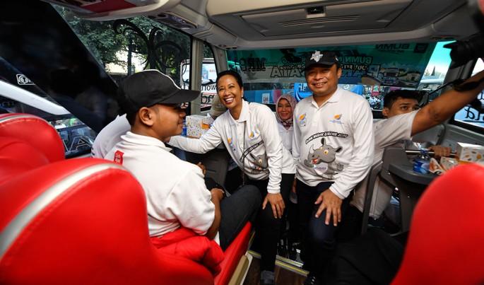 Menteri BUMN RI Rini M. Soemarno didampingi Direktur Utama Telkom Ririek Adriansyah berdialog dengan peserta mudik BUMN Mudik Bareng 2019 TelkomGroup.Foto/Roni.M/ECONOMICZONE