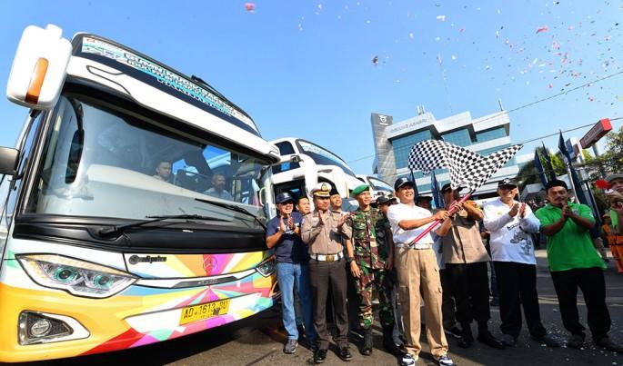 Direktur Utama PT Asabri (Persero), Sonny Widjaja (tengah) saat melepas 1300 pemudik di Jakarta, Jumat (31/5/2019).Foto/Roni.M/ECONOMICZONE