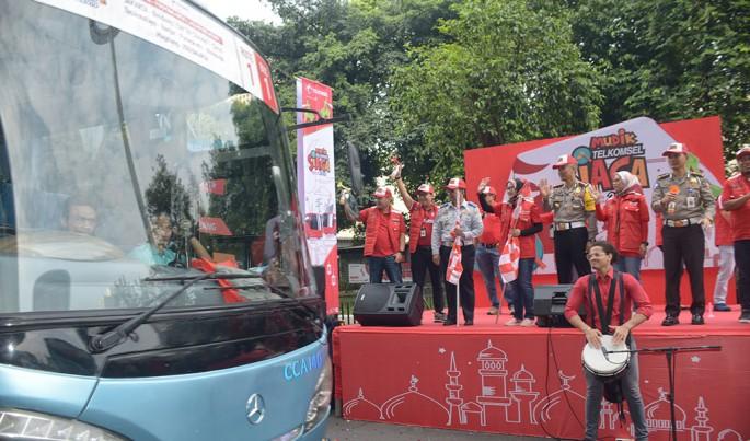 Direktur Utama Telkomsel Emma Sri Martini (tengah) dalam acara pelepasan mudik gratis Telkomsel menggunakan moda Bus di Gelora Bung Karno, Jakarta (1/6).Foto/Roni.M/ECONOMICZONE