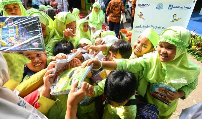 Pembagian alat sekolah kepada eplajar sebanyak 30.333 paket alat sekolah.Foto/HendraWiradi/ECONOMICZONE