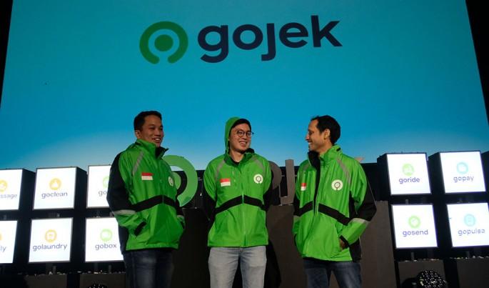 (kanan-kiri) Founder dan CEO Gojek Grup Nadiem Makarim, Co-Founder Gojek Kevin Aluwi, dan Presiden Gojek Grup Andre Soelistyo, saat peresmian logo baru Gojek di Kantor Gojek HQ, Jakarta (22/7).Foto/Ist/ECONOMICZONE