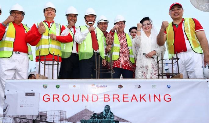 Direktur Utama BTN Maryono bersama Gubernur Bengkulu Rohidin Mersyah meletakan batu pertama monumen patung fatmawati di Simpang Lima kota Bengkulu, Sabtu (17/8). Foto/Roni.M/ECONOMICZONE