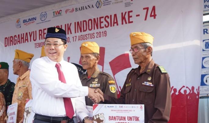 Direktur Keuangan & Manajemen Risiko PT PP (Persero) Tbk, Agus Purbianto, menyerahkan bantuan kepada pejuang veteran di Kantor Proyek Yogyakarta International Airport Kulonprogo, Sabtu (17/8). Foto/Ist/ECONOMICZONE