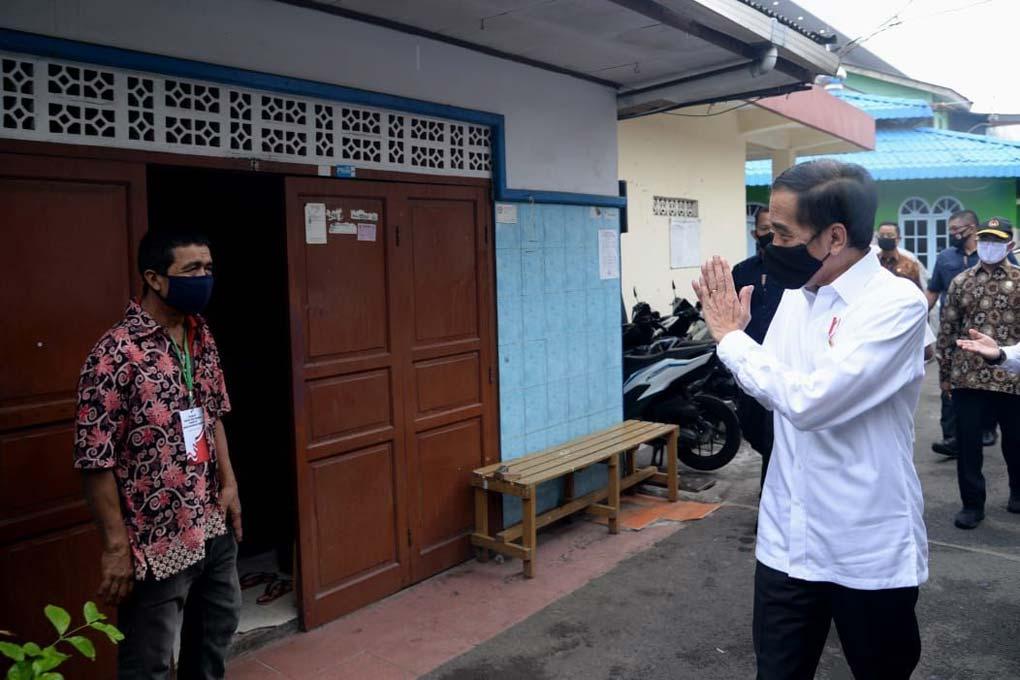 Presiden Jokowi Tinjau Penyaluran Bansos Tahap Tiga di Johar Baru
