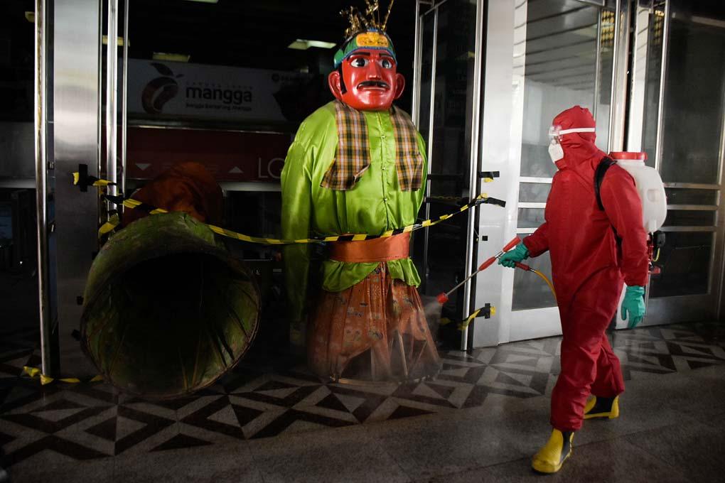 Penyemprotan Disinfektan di Pasar Tanah Abang