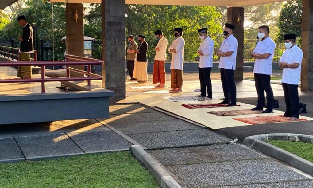 Presiden Jokowi Salat Idul Adha Di Halaman Wisma Bayurini