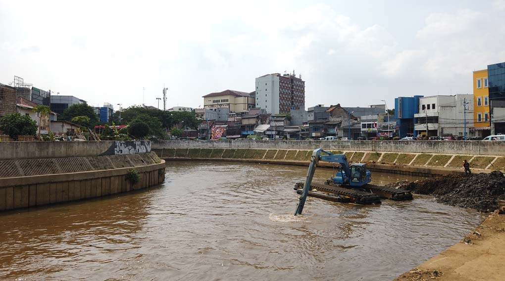 Jelang Musim Hujan, Sungai Ciliwung di Perdalam