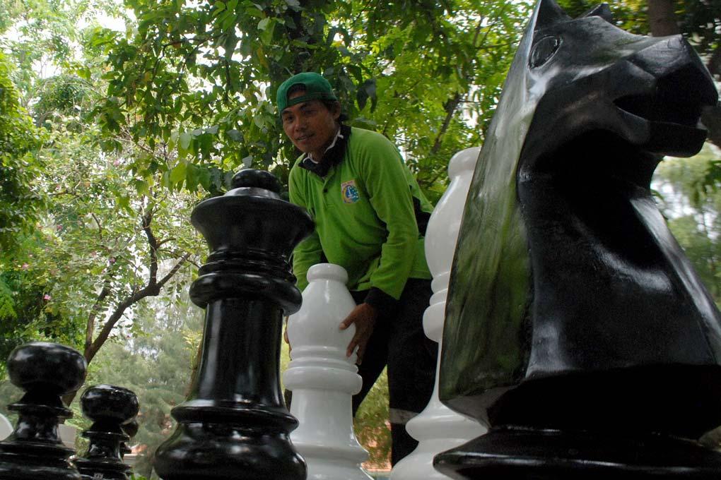 Catur Raksasa Hiasi Taman Singkarak benhil