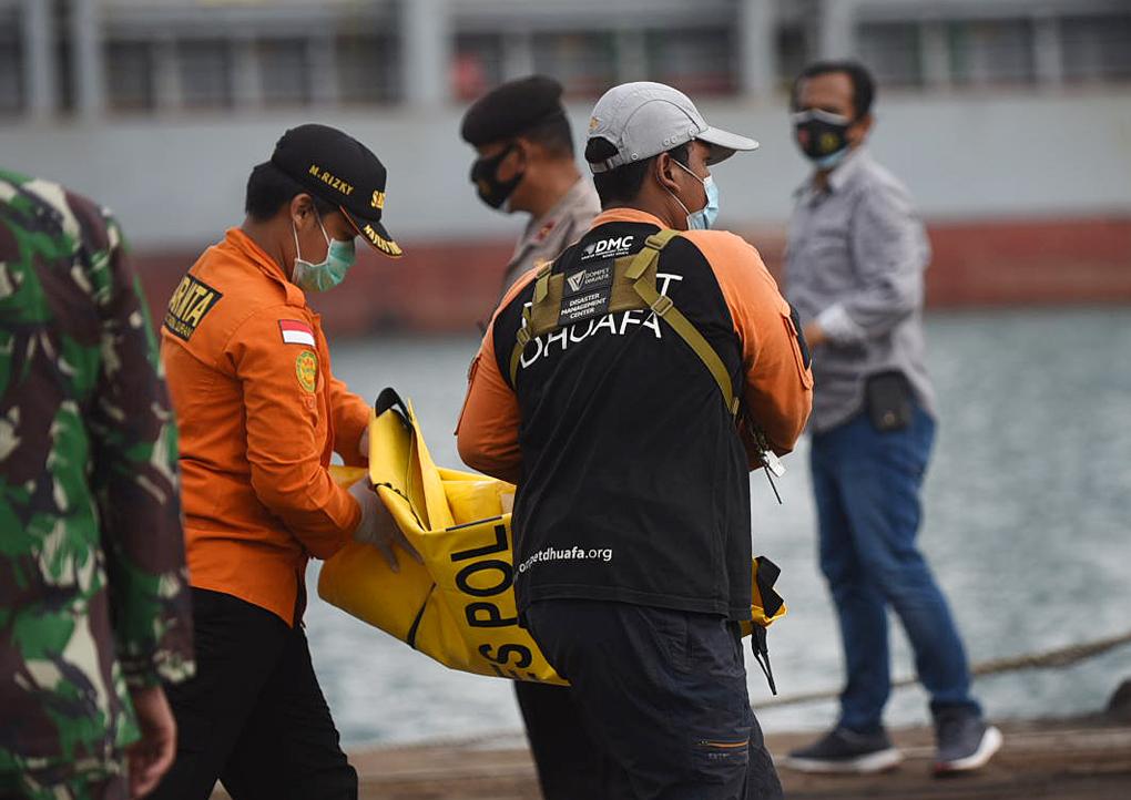 Tim Gabungan Bawa Serpihan Pesawat Sriwijaya Air SJ182