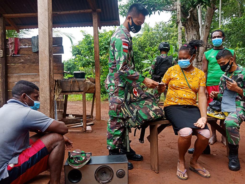 Satgas Pamtas Yonif 125/SMB Berikan Pelayanan Kesehatan Di Kampung Toray