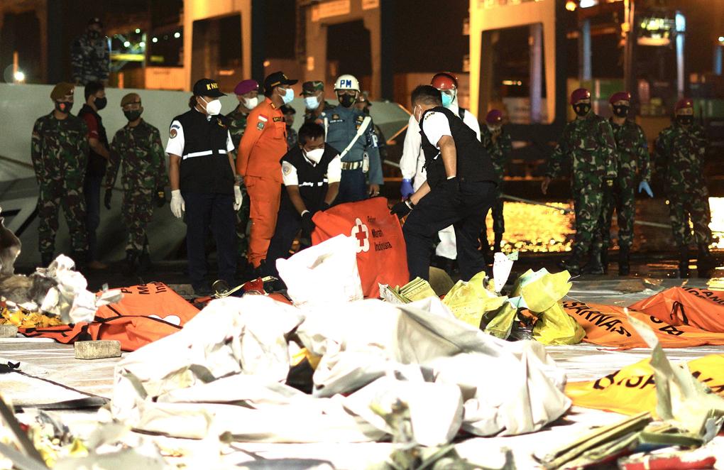 Petugas PMI Melakukan Penyemprotan Desinfektan ke Kantong Objek Pencarian Pesawat Sriwijaya Air SJ-182
