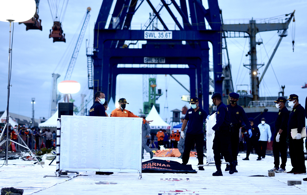 KRI I Gusti Ngurah Rai Temukan Serpihan Pesawat Sriwijaya Air SJ 182