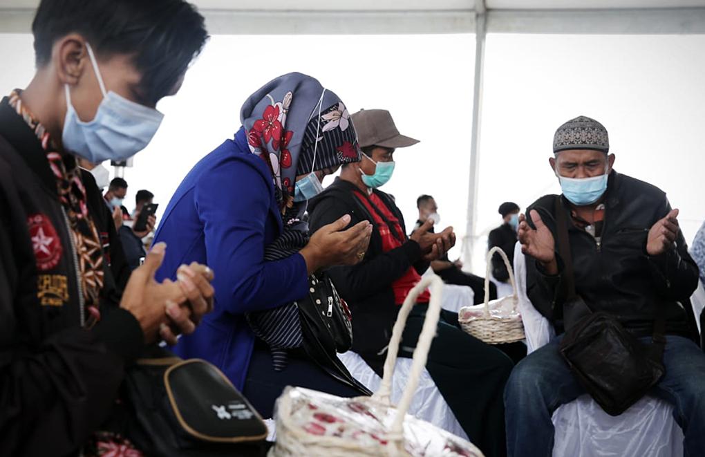 Tim SAR Gabungan dan Keluarga Penumpang Sriwijaya Tabur Bunga di Lokasi Jatuhnya Sriwijaya Air SJ-182
