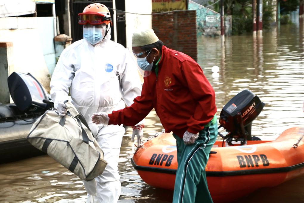 BNPB Evakuasi Pasien Covid 19 Di Perumahan Pondok Gede Permai