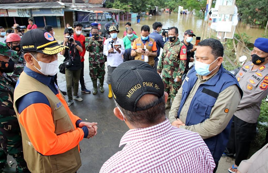 Kepala BNPB Tinjau Penanganan Banjir di Karawang dan Serahkan Bantuan 500 Juta