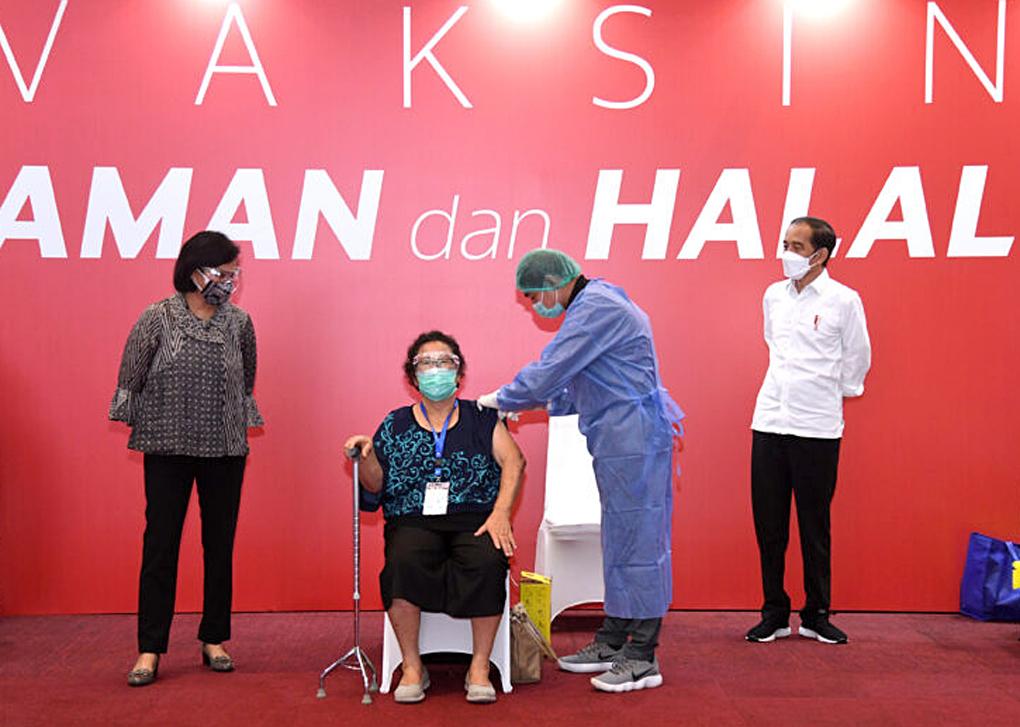Presiden Jokowi Tinjau Vaksinasi Pelaku Perbankan dan Pasar Modal