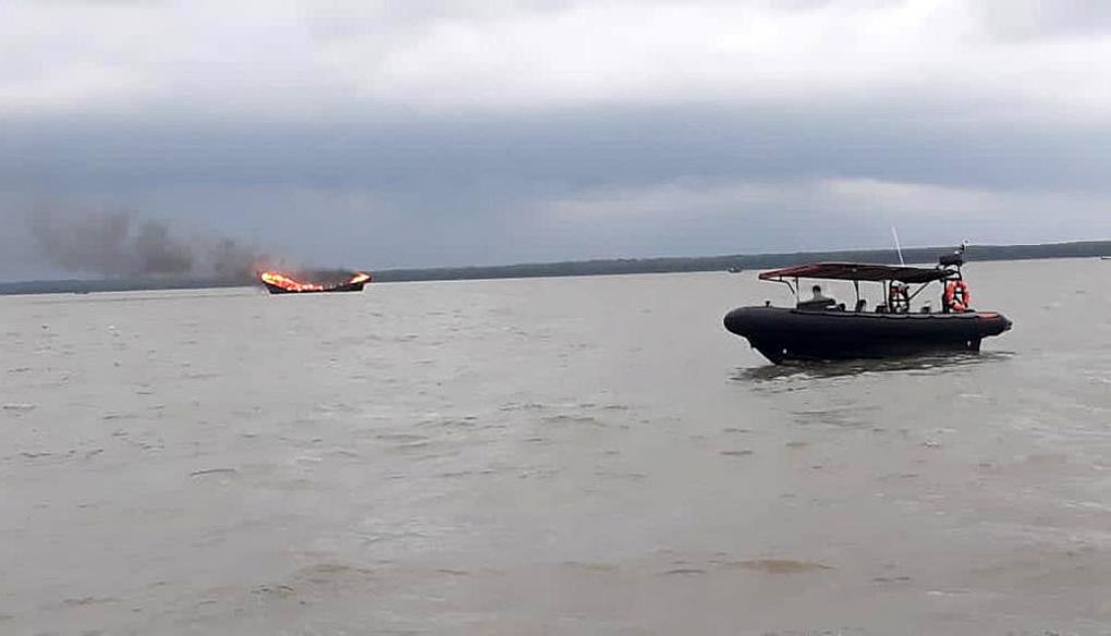 TNI AL Evakuasi Korban Kapal Terbakar di Perairan Asahan