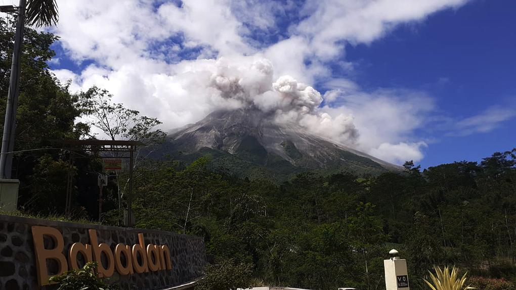 Gunung Merapi Luncurkan Awan Panas Sejauh 2 Kilometer, Hujan Abu Terjadi di Cepogo