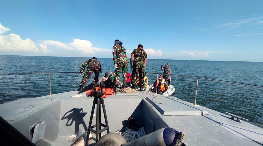 TNI AL Evakuasi Mayat di Sungai Kendawangan