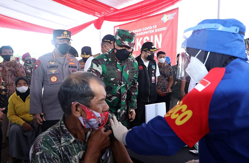 Panglima TNI Tinjau Serbuan Vaksinasi Untuk Lansia di Jawa Timur
