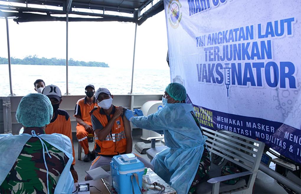 Diatas Kapal Perang, TNI AL Vaksinasi Masyarakat Maritim di Kepulauan Seribu