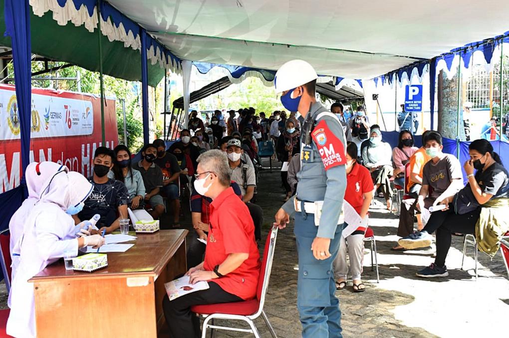 Hari Kedua Vaksinasi, TNI AL Ramai Didatangi Warga