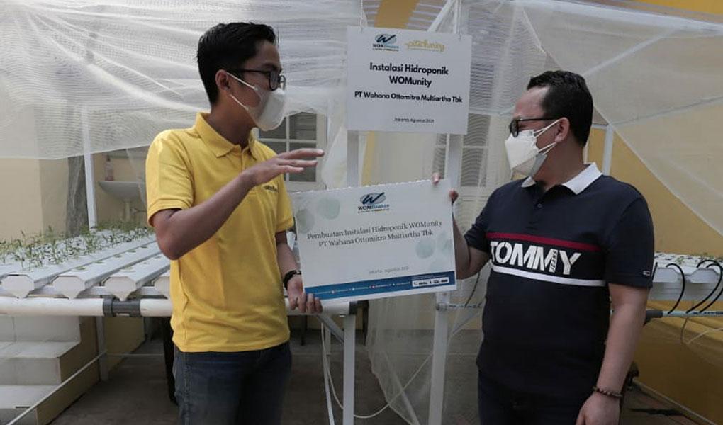 Wom Finance Serahkan Instalasi Hidroponik ke Yayasan Pita Kuning