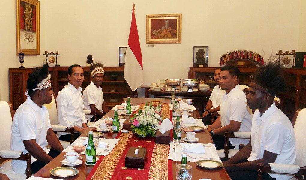 Presiden Jokowi Makan Bersama Warga Yapen Dan Nduga Papua