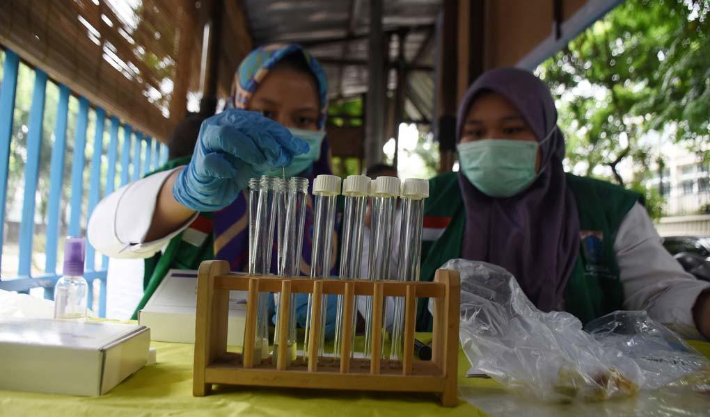 Petugas Kesehatan DKI Periksa Bahan Makanan PKL