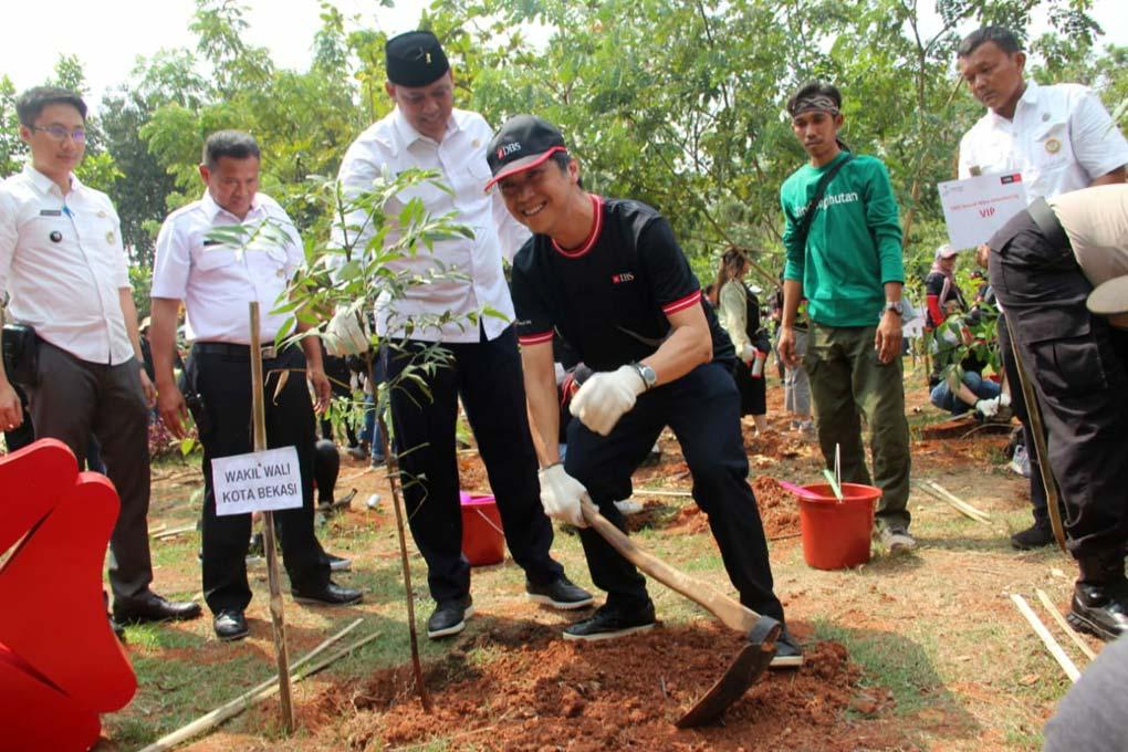 DBS Tanam 1000 Pohon Secara Massal Di Bekasi