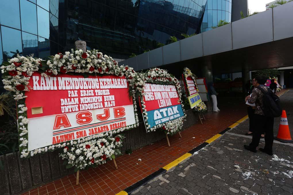 Karangan Bunga Dukung Pemecatan Dirut Garuda Indonesia